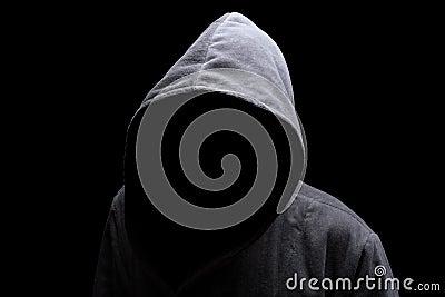 С капюшоном человек в тени