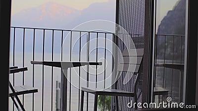 Таблица и стулья на балконе i сток-видео