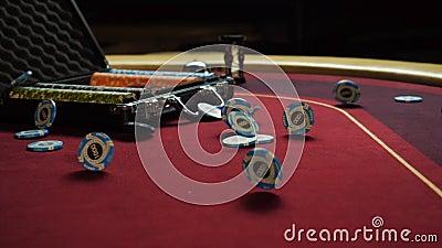 Таблица покера с обломоками покера в чемодане и падать на таблицу в казино Обломоки покера для играя в азартные игры карточной иг акции видеоматериалы