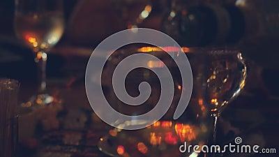 Таблица ресторана или бара с плитой закусок и вина Вино лить в стекле 4K 3840x2160 сток-видео