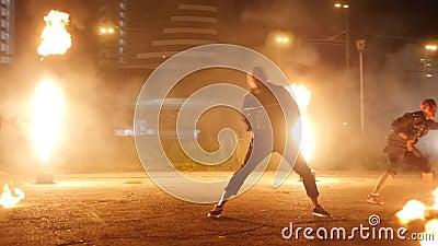 Танец актеров с огнем сток-видео