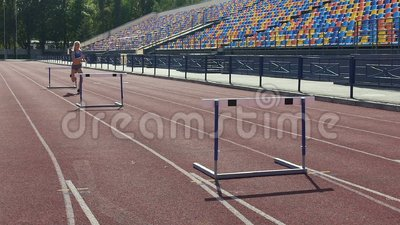 Твердолобые дни траты девушки на стадионе, тренировка перед конкуренцией гонки барьера видеоматериал