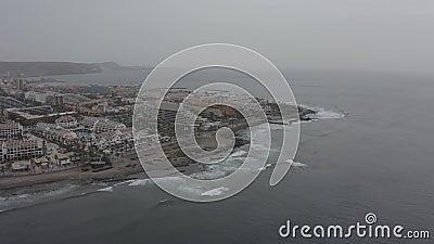 Тенерифе накануне Калимы Берег в тумане Панорама города сток-видео