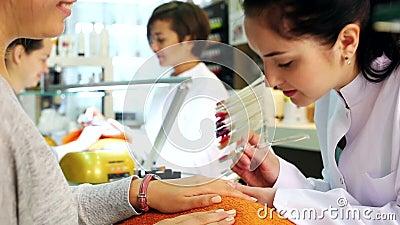 Техники ногтя выполняя процедуру по маникюра в салоне красоты акции видеоматериалы