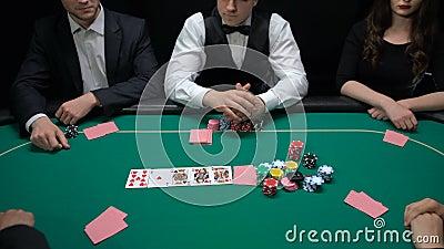 Торговец поворачивая вверх по карточкам, рискованый держать пари поднимать, турнир покера игроков хобби, везение сток-видео
