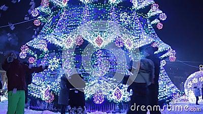 Торжество Нового Года и рождества вечером в центре города с семьями и детьми родители и дети сток-видео
