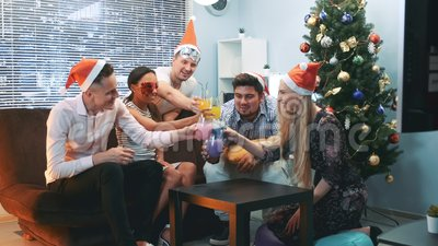 Торжество счастливого Нового Года в жизнерадостной компании в шляпах Санта и масках партии сток-видео