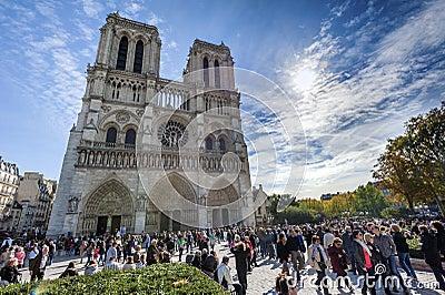 Толпы туриста Нотр-Дам Редакционное Изображение