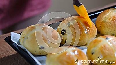 Традиционная Пасха лечит булочки с изюмом Бунки с 'горячим крестом', готовые к пасхе акции видеоматериалы