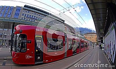 трам красного цвета innsbruck Редакционное Изображение