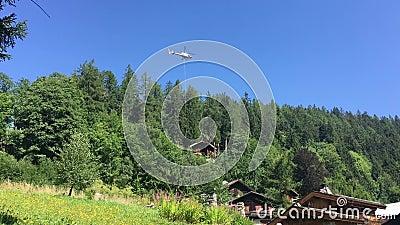 Транспортный вертолет набирает груз в горах Вертолет после доставки груза во французские Альпы сток-видео