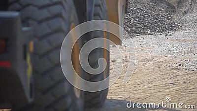 Транспорт гравия Трактор комплектует вверх гравий промышленно акции видеоматериалы