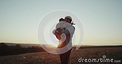 Тратящ совершенное время совместно, папа при его сын, играя с большим самолетом на заходе солнца, мечты приходит верно акции видеоматериалы