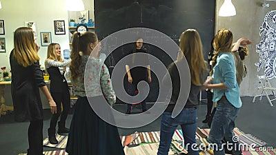 Тренера и группа поддержкиы во время психологической терапии тренировка для женщин развитие чувственности видеоматериал