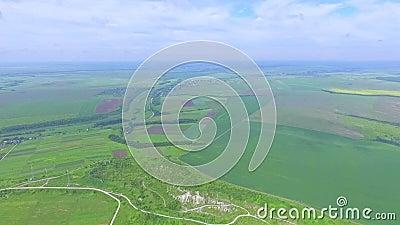 Трутень медленно взбирается над полями и промоинами над взглядом green nature Лето сток-видео
