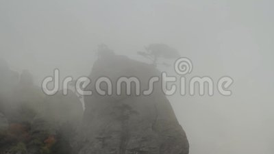 Туман в горах съемка Fog в горах, и пасмурной погоде Облако нижнего яруса и туман на горе видеоматериал