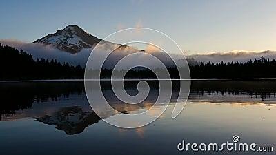Туман завальцовки и Moving облака над красивым озером Trillium с клобуком держателя в Орегоне одном рано утром на восходе солнца  акции видеоматериалы