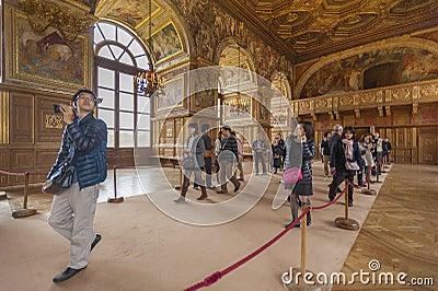 Туристы в дворце Fontainbleau Редакционное Фотография