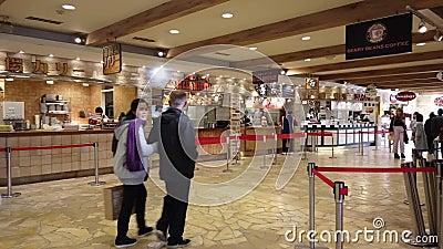 Туристы едят на японском корте Gotemba Premium Outlet акции видеоматериалы