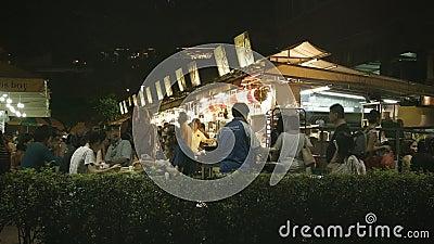 Туристы и locals едят в дешево на воздухе обедать акции видеоматериалы