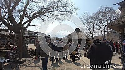 Туристы окружают бассейн в деревне Ошино Хаккай, Япония акции видеоматериалы