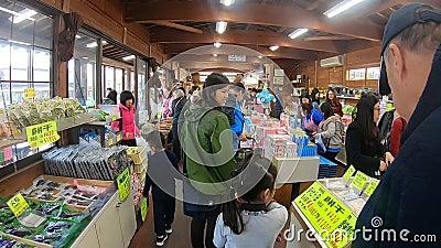 Туристы покупают товары в деревне Ошино Хаккай, Япония акции видеоматериалы