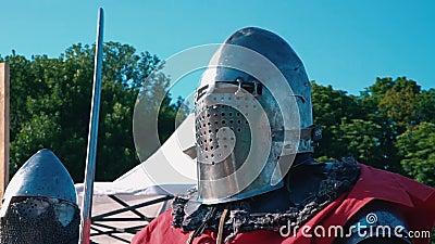 турнир 2 рыцарей Рыцарь перед боем Человек в железном панцыре с шпагой в руках против голубого неба сток-видео