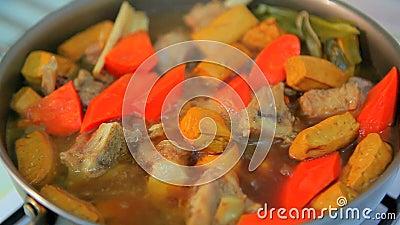 Тушёное мясо Тайваня, домашняя кухня ` s Тайваня традиционная, хорошее тушёное мясо под рисом, вкус очень вкусно и очень вкусно, видеоматериал