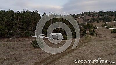 Тourist samochód zatrzymujący odpoczywać blisko sosnowych lasowych Dalekich lesistych krajobrazowych średniogórzy zbiory