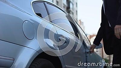 Укомплектуйте личным составом получать в автомобиль, личный chauffeur управляя для бизнесмена, обслуживания такси сток-видео