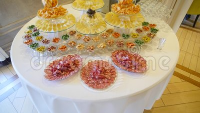 Украшенная поставляя еду таблица банкета с едой обломоков, чокнутого и различных акции видеоматериалы