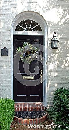 Украшенная дверь