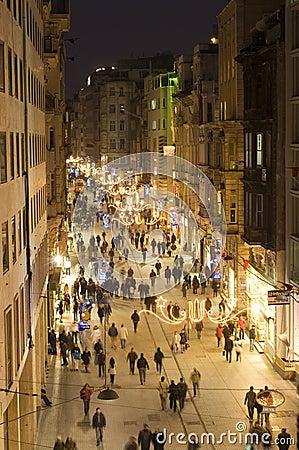 Улица в Beyoglu, Istanbul-Турция Istiklal Редакционное Фотография
