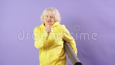 Улыбающаяся модель, танцующая на пурпурном фоне с йогой Мат, хорошее настроение, счастливая партия видеоматериал