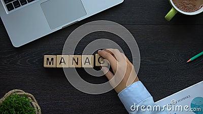 Управление, бизнес-леди делая слово из кубов, проекты и организационная схема подчиненности акции видеоматериалы
