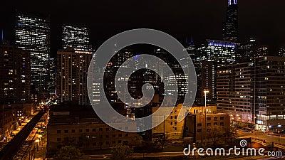 Упущение nighttime движения в западном горизонте петли на улице озера, Чикаго акции видеоматериалы