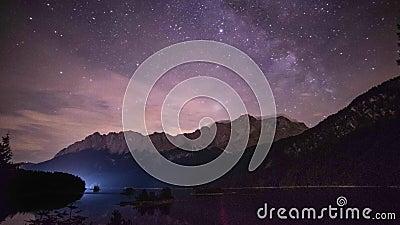 упущение nighttime 4K озера Eibsee и горы Zugspitze в немецкой Баварии горных вершин