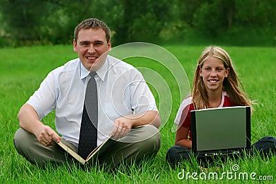 усаживание человека травы девушки