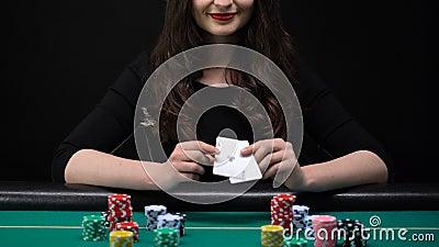 Усмехаясь женщина показывая пары тузов и хватая казино откалывает, женственный фокус, везение сток-видео