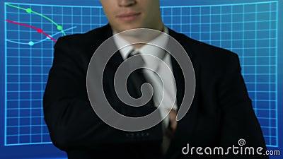 Успешный пук показа бизнесмена долларов, графиков рынка на предпосылке акции видеоматериалы