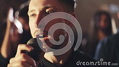 Успешный человек поет песню в клубе караоке сток-видео