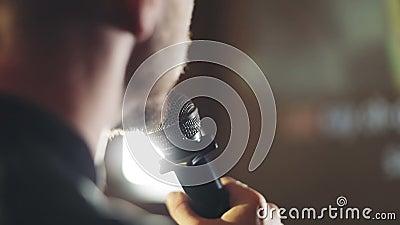 Успешный человек поет песню в клубе караоке акции видеоматериалы