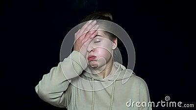 Уставшая сторона заволакивания молодой женщины с рукой Несчастная и раздражанная молодая женщина Человеческие выражения лица и эм сток-видео