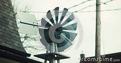 Устанавливать снял handcrafted ветрянку во дворе перед входом резиденции акции видеоматериалы