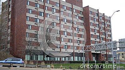 Устанавливать съемку современного комплекса апартаментов около занятого шоссе на день overcast видеоматериал