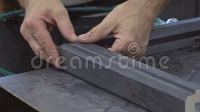Установка кухни Рабочий класс используя воздушный пульверизатор грозди без шляпки в прессформе шкафа сток-видео