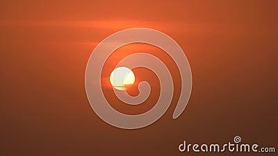 Установка Солнца в облаках над красной предпосылкой неба захода солнца видеоматериал
