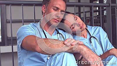 Утомленный падать медицинской бригады уснувший на поле сток-видео