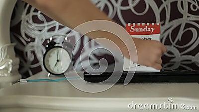 Утро бизнес-леди Студент утра Женская рука слегка ударяет лист календаря сток-видео