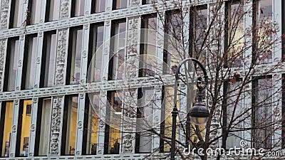 Фасад и фонарь здания офиса Большие окна Современная архитектура акции видеоматериалы